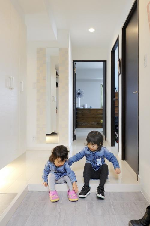玄関ホールから右側へ行くとリビング、左側に行くと収納スペース。グルリと回れるレイアウトです