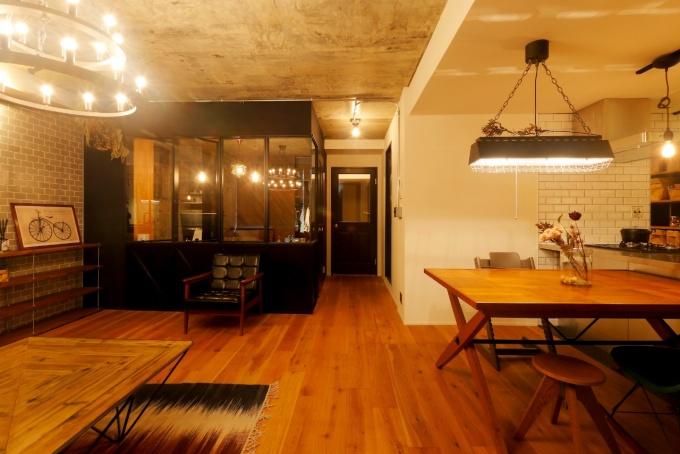 大好きなヴィンテージ風と家族への愛情あふれる洗練空間<札幌・中古住宅+リノベーション・マンション>コンクリート剥き出しの天井、塗装壁、白熱照明、こだわりのインテリア。家事がしやすく子育てに安心な間取り。対面式キッチン、冷蔵庫も収まる稼働棚パントリー。ステンレス製のシステムキッチン。キッチン収納はすべて造作。コンクリートの壁に木製の棚がカフェのような雰囲気。玄関には黒板壁。大容量のウォークインクローゼット。寝室にはカウンターデスク。株式会社i・e・sリビング倶楽部のリフォーム・リノベーション施工事例。