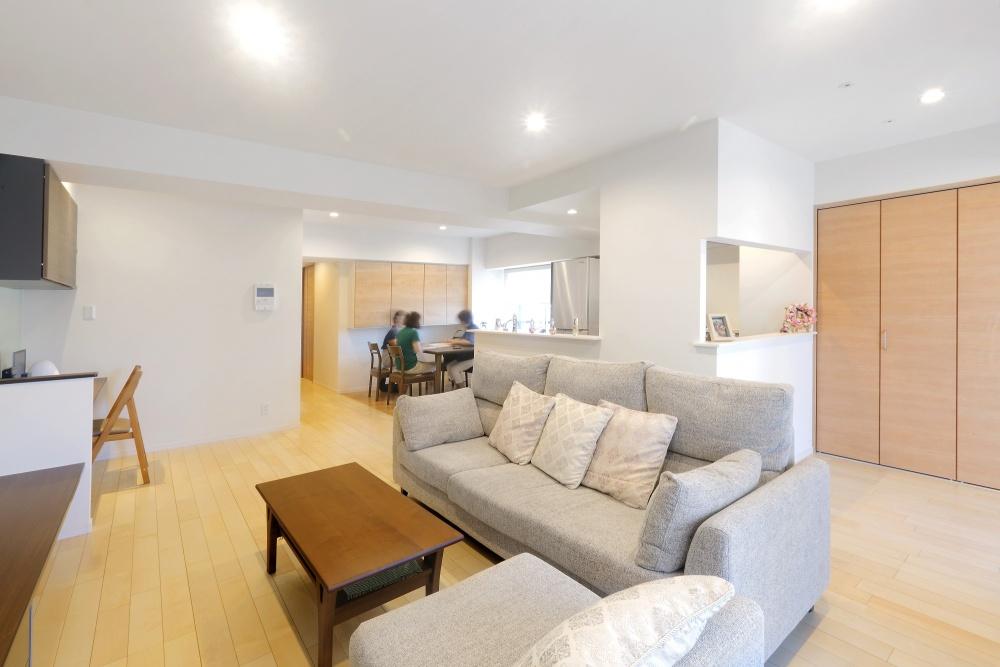 クローゼット前のエリアはサンルームで、天井にはホスクリーンスポット型を設置。家具はコーデイネーターの助言をもらいながら購入