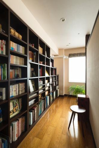 「愛用の家具」がなじむ住まいへ <札幌・リフォーム・マンション>「イギリスの田舎」をコンセプトに製作された飛騨高山のダイニングテーブル。子供が独立後、使っていなかった子供部屋を活用。玄関と個室の壁を取り払い、明るいエントランスに。ピンクベージュの漆喰壁。壁一面のブックシェルフ。造作本棚。ブリック調のタイルを貼ったパーテーション。アンティークガラスを入れた引き戸で、光を通して。株式会社SAWAI建築工房のリフォーム事例。