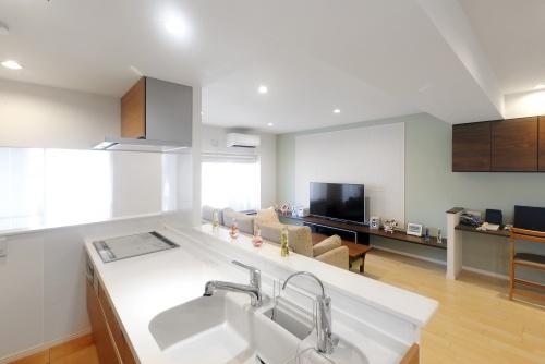 2方向に視線が抜けるキッチン。空間を遮るものを極力減らし、空間の一体感を高めています