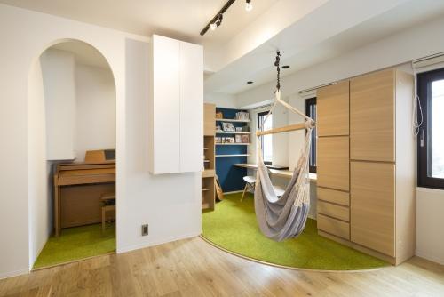 じゅうたんを敷くことでオープンな空間を上手に区分け。アールの開口部はプレイルームらしいかわいらしさです