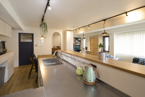 ヘアラインステンレスのキッチンのカウンターは余裕の広さ。家族総出で餃子の皮やパン生地をこねても大丈夫