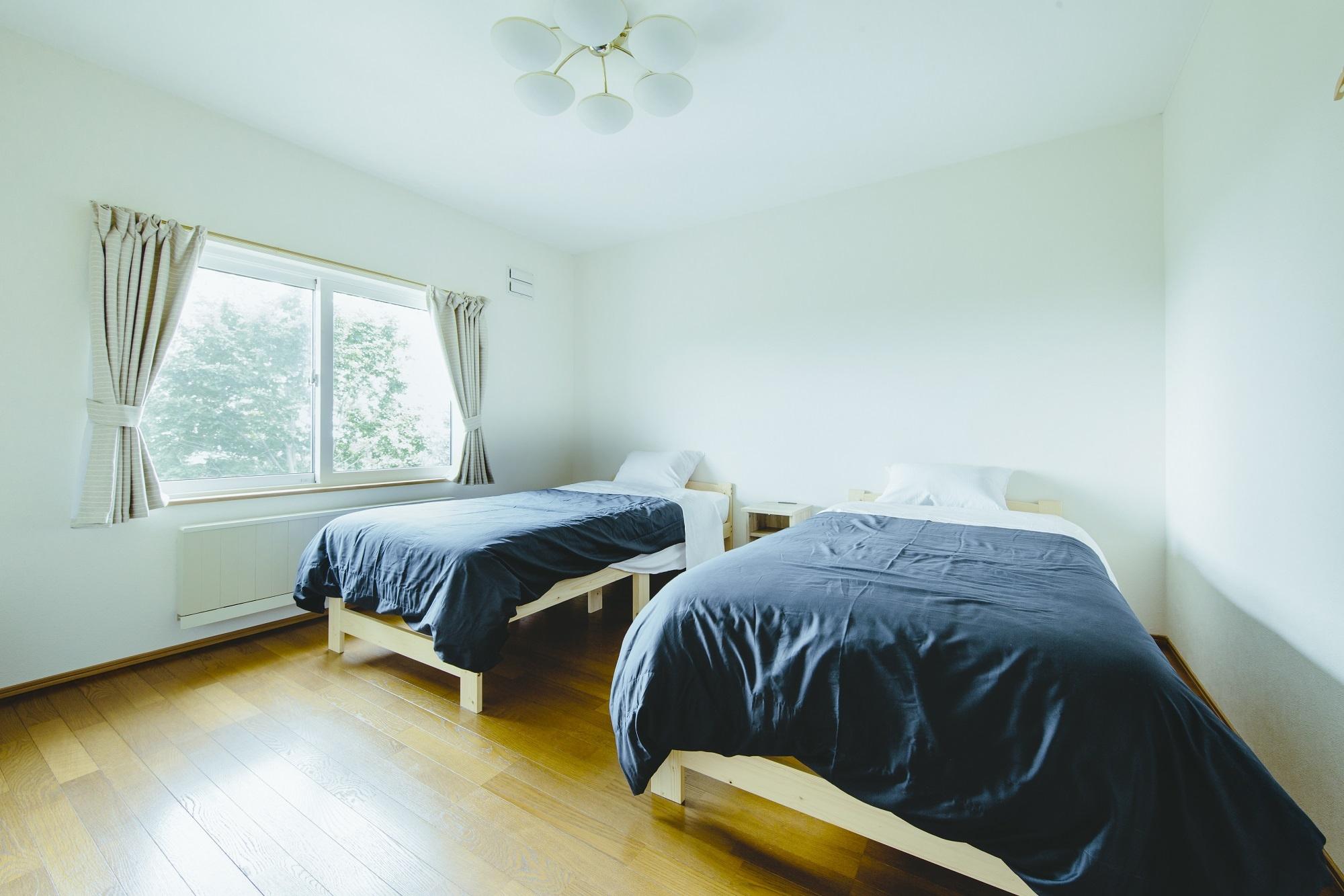 2階客室は間取りをそのままに、内装材でリフレッシュ。道路に面した立地ですが、防音効果もある断熱窓が静かな室内環境を保ちます