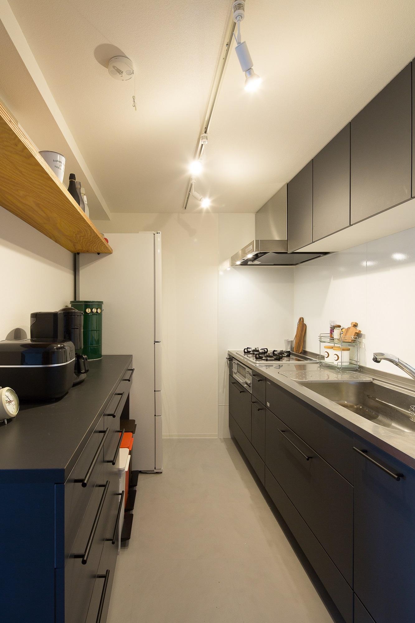 システムキッチン選びで機能より色を重視。セミオーダーだからこそ陣減できた色調です
