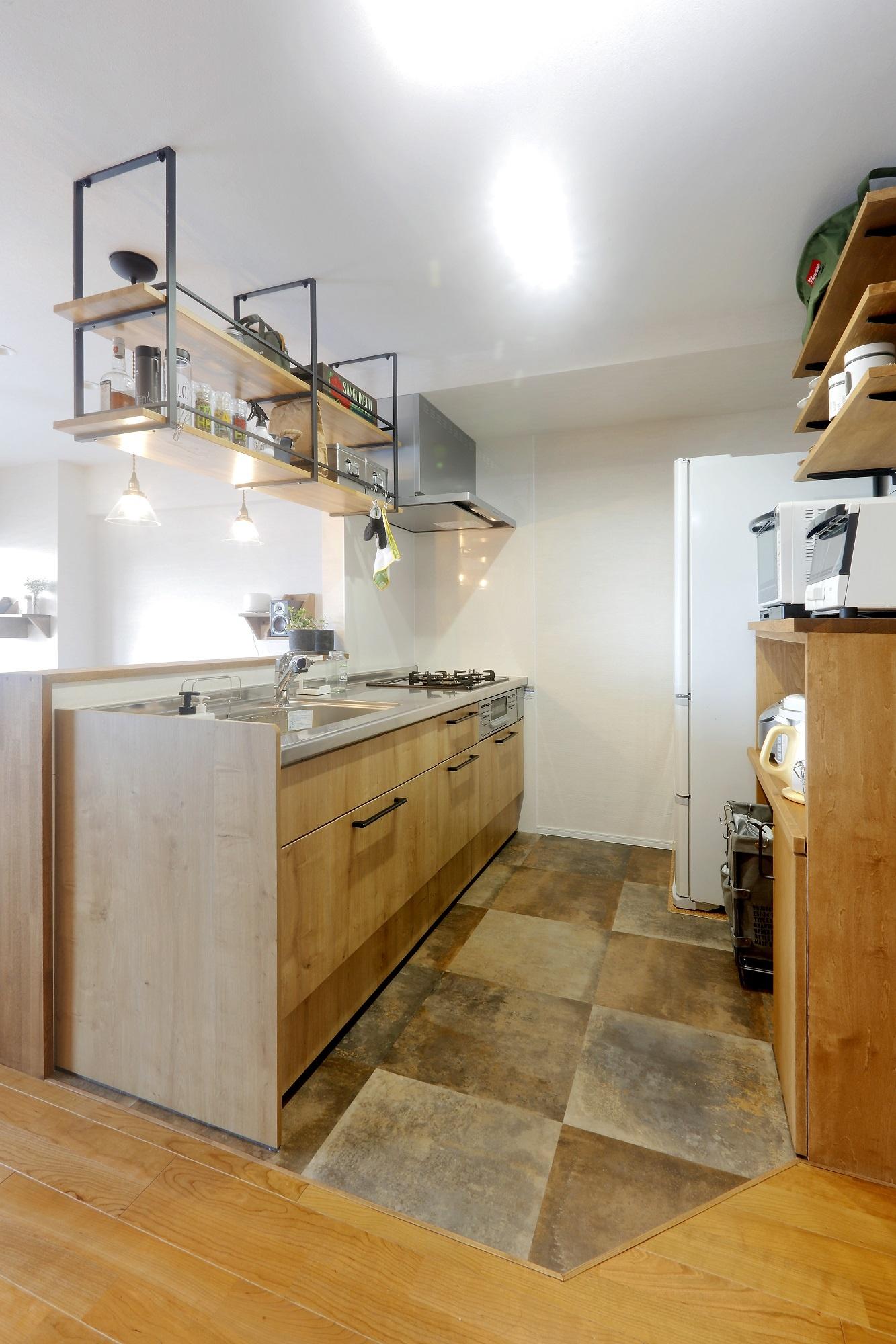 木のテイストに合わせて選んだシステムキッチン。優れた収納力で食器棚がなくても問題なし