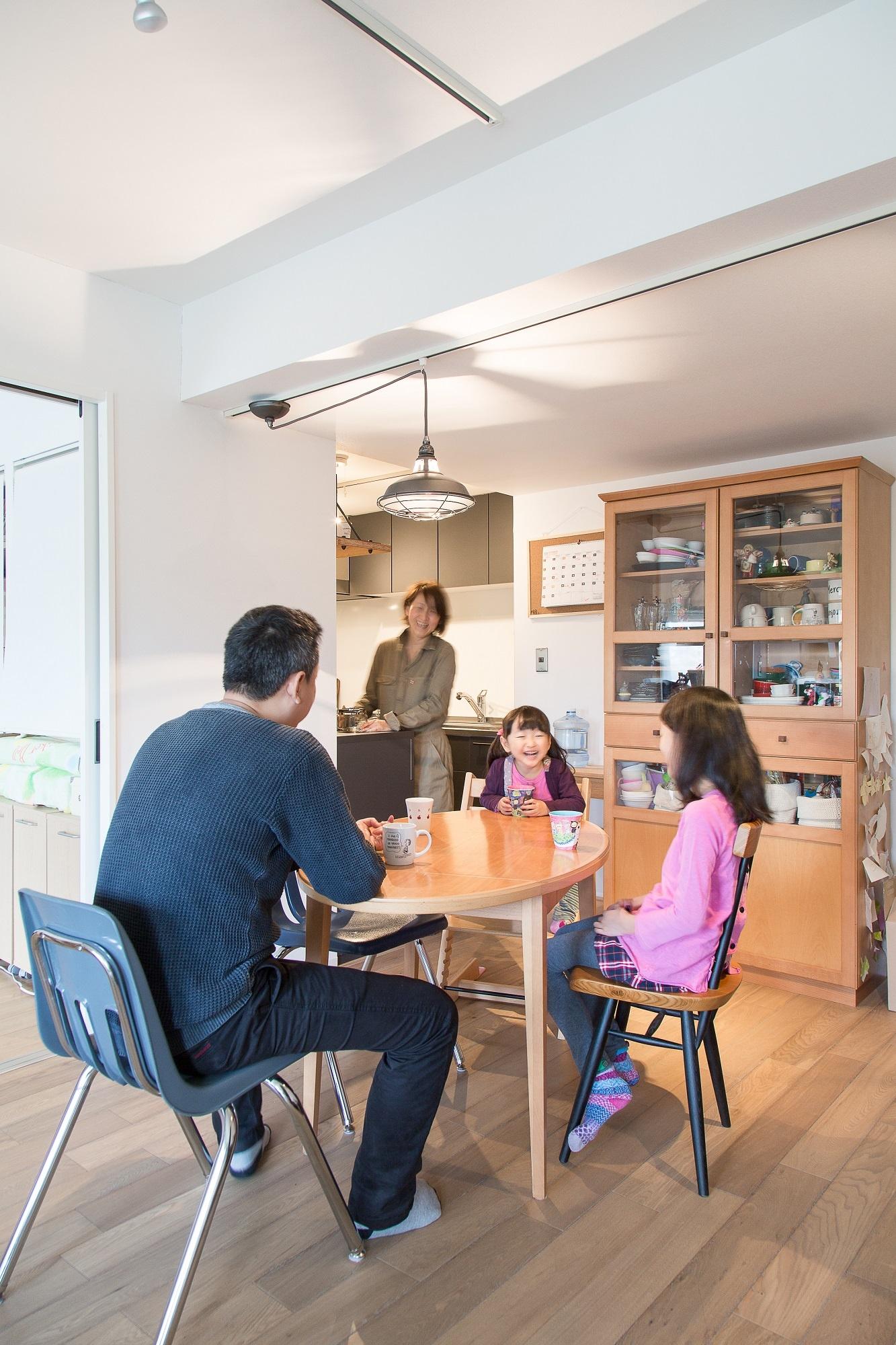 キッチンはオープンタイプに刷新。天井にライティングレールを設け、好みの照明インテリアを楽しめる仕様に