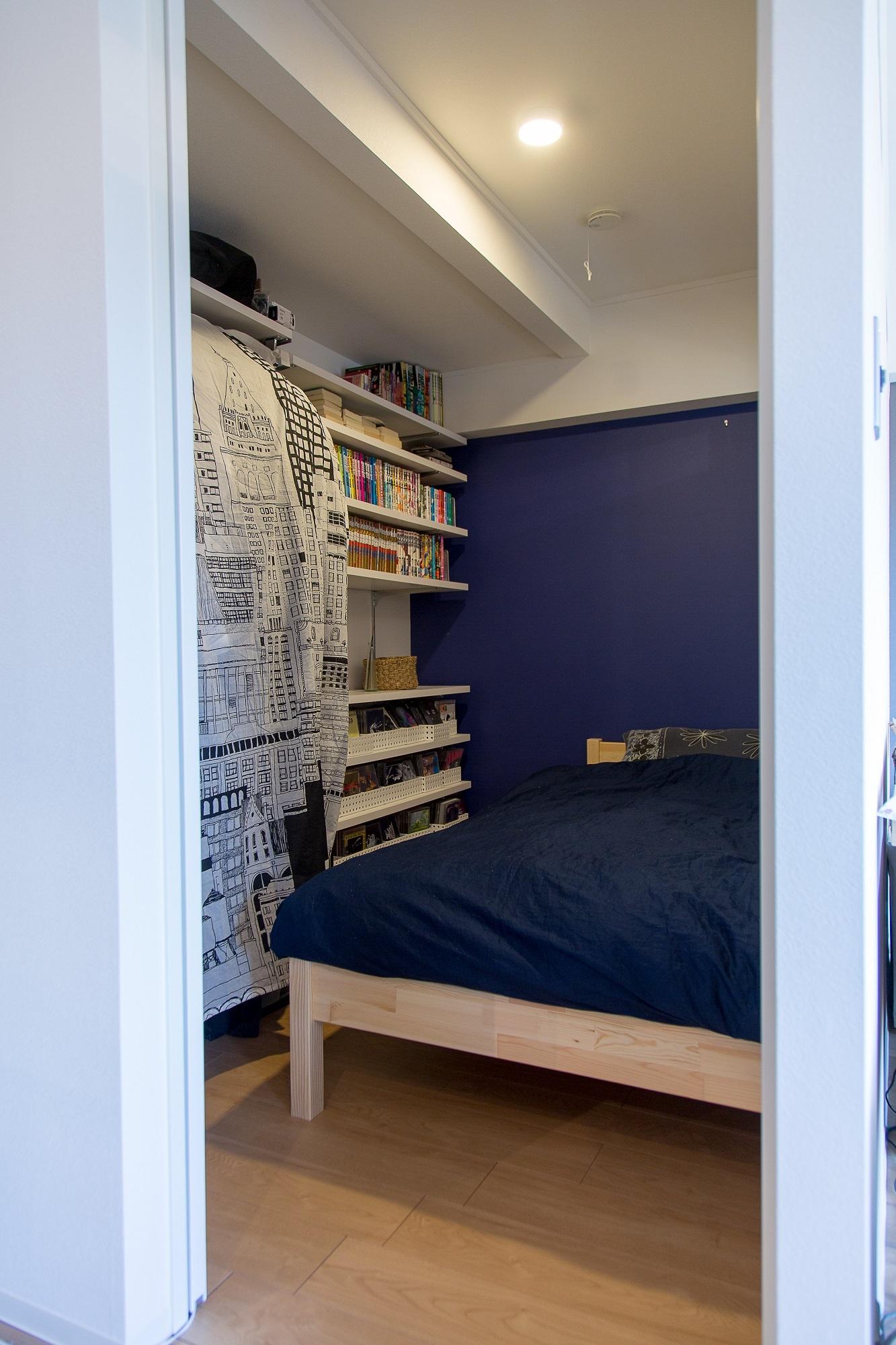 3帖の寝室には明り取りのスリットのある空間にご主人のものを集中して収納
