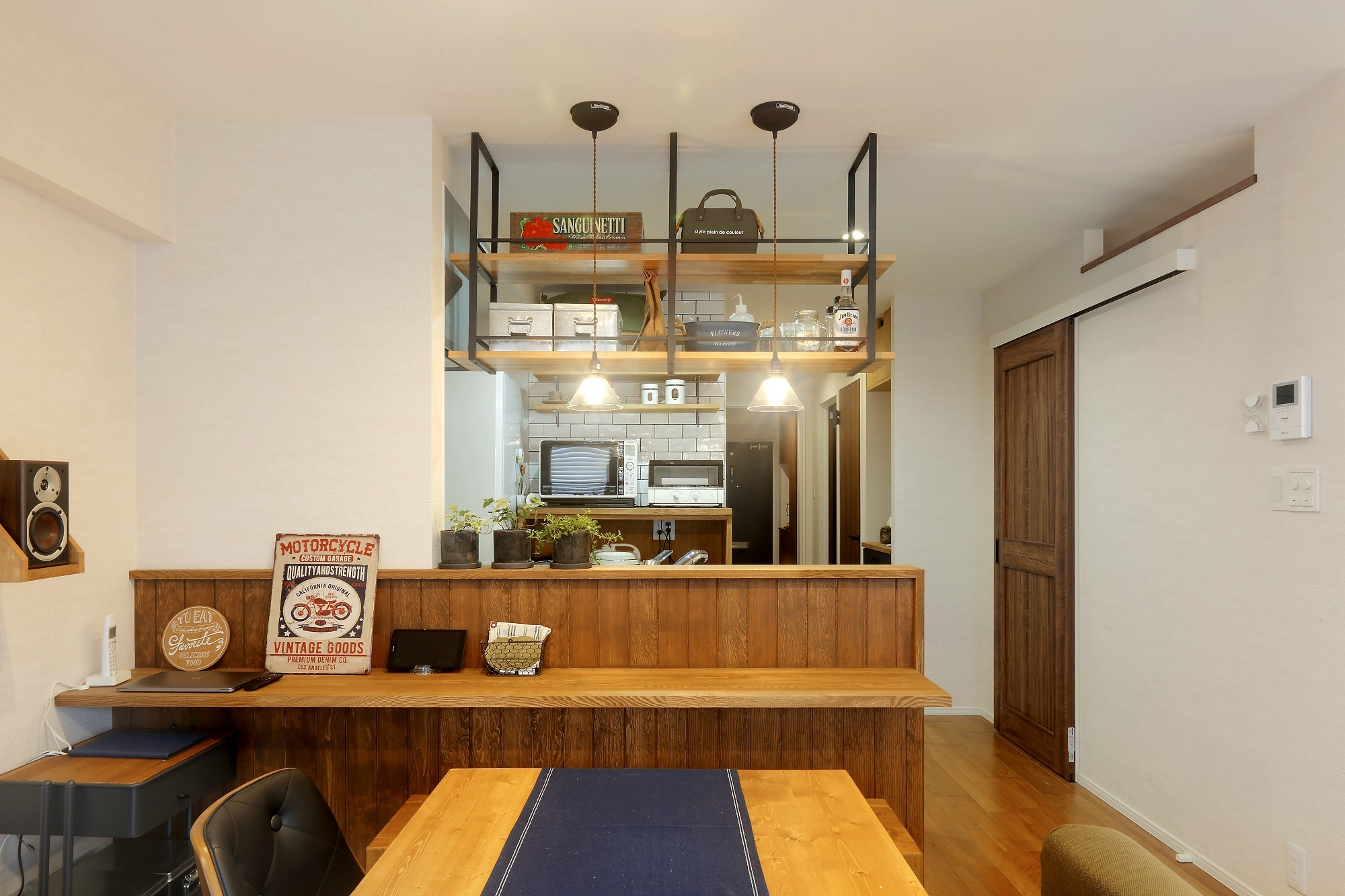 キッチンカウンターは室内ドアなどのインテリアも合わせてトータルコーディネート。