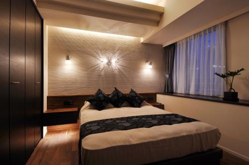 ベッドとサイドテーブル、照明、さらにクローゼットの扉まで美しく調和が取れています