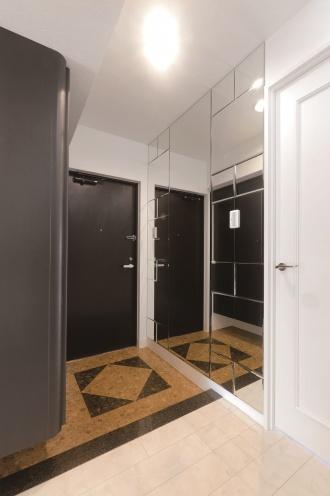 デザインミラー仕上げの壁が視覚的な広がりを演出。上質な住まいの顔として帰宅する家族や来客を迎えます