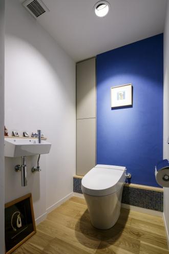 消臭効果を期待してトイレの壁も珪藻土。床材もアクセントカラーもリビングと統一