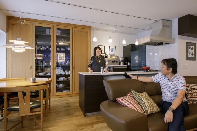 暗かったキッチンが明るく開放的に変身。使い勝手のよいキッチン収納は、既存の食器棚をビルトインしてインテリア的に統一感ある空間を創出