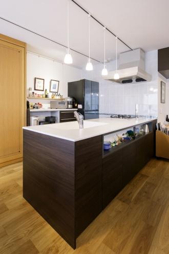 壁面にタイルを配したキッチン。奥さまが惚れ込んだトクラス「Berry」はカウンターだけでなくシンクにも人造大理石を選び、室内インテリアになじむ木調でトータルコーディネート