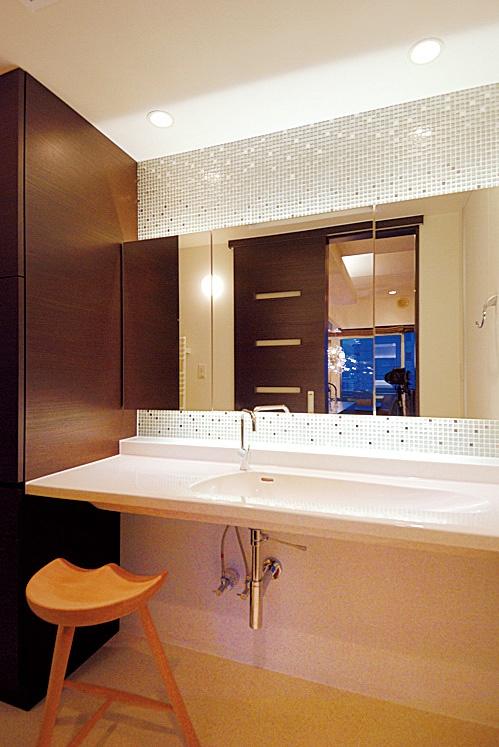 以前より明るくなった洗面もホテルのパウダールームのよう
