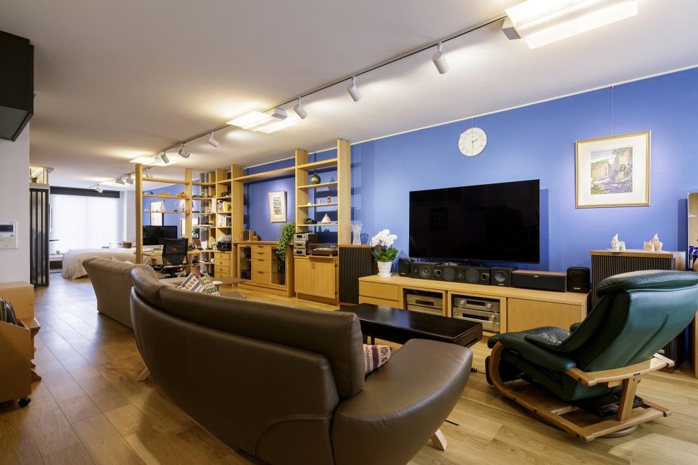 初志貫徹の天然木フローリングは、持っていたカンディハウスの家具との相性もぴったり。地中海をイメージしたアクセントカラーが印象的
