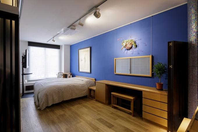 開放的な寝室は、来客等で隠したい時のみパーテーションで間仕切り。ここからリビングまで壁沿いの床下には10m以上の配線スペースを確保
