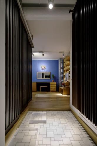 玄関左のウォークインクローゼットの扉と右のパネルヒーターは色調を統一。家に上がると左右に広がる明るい空間