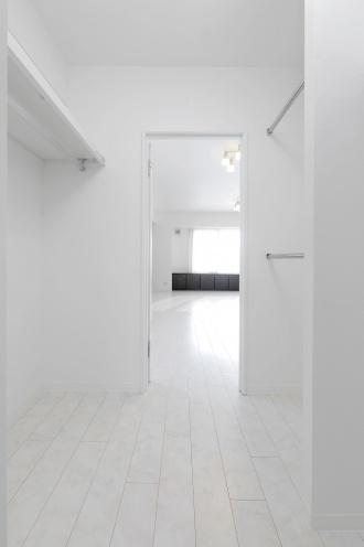 壁一面の鏡が使いやすい洗面台。右袖壁には扉付きのニッチ棚も造作