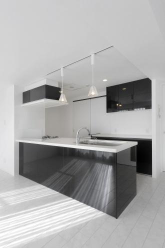 インテリアコーディネートのテーマカラーは白+黒+輝くシルバー。オープンキッチンの黒、照明器具のシルバーが白い空間にメリハリをプラスして