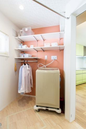 斜めの壁を活かして設けたLDK からは見えない洗濯コーナー。洗濯機横のハンガーパイプや収納棚など見るからに使いやすい造りが見事です