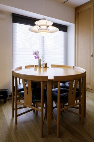 木のぬくもりを感じさせるダイニング。既存家具のテイストにマッチする照明は施主支給