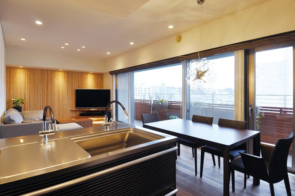 奥さまお気に入りのオープンキッチンは、大きな窓外に広がる景色も気持ちよく快適です