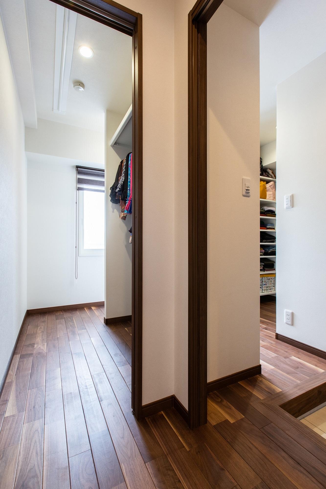 元洋室の窓から玄関とシューズクローゼットに光が届いて。右側に靴類、左の造作棚にはフラメンコの衣装を収納