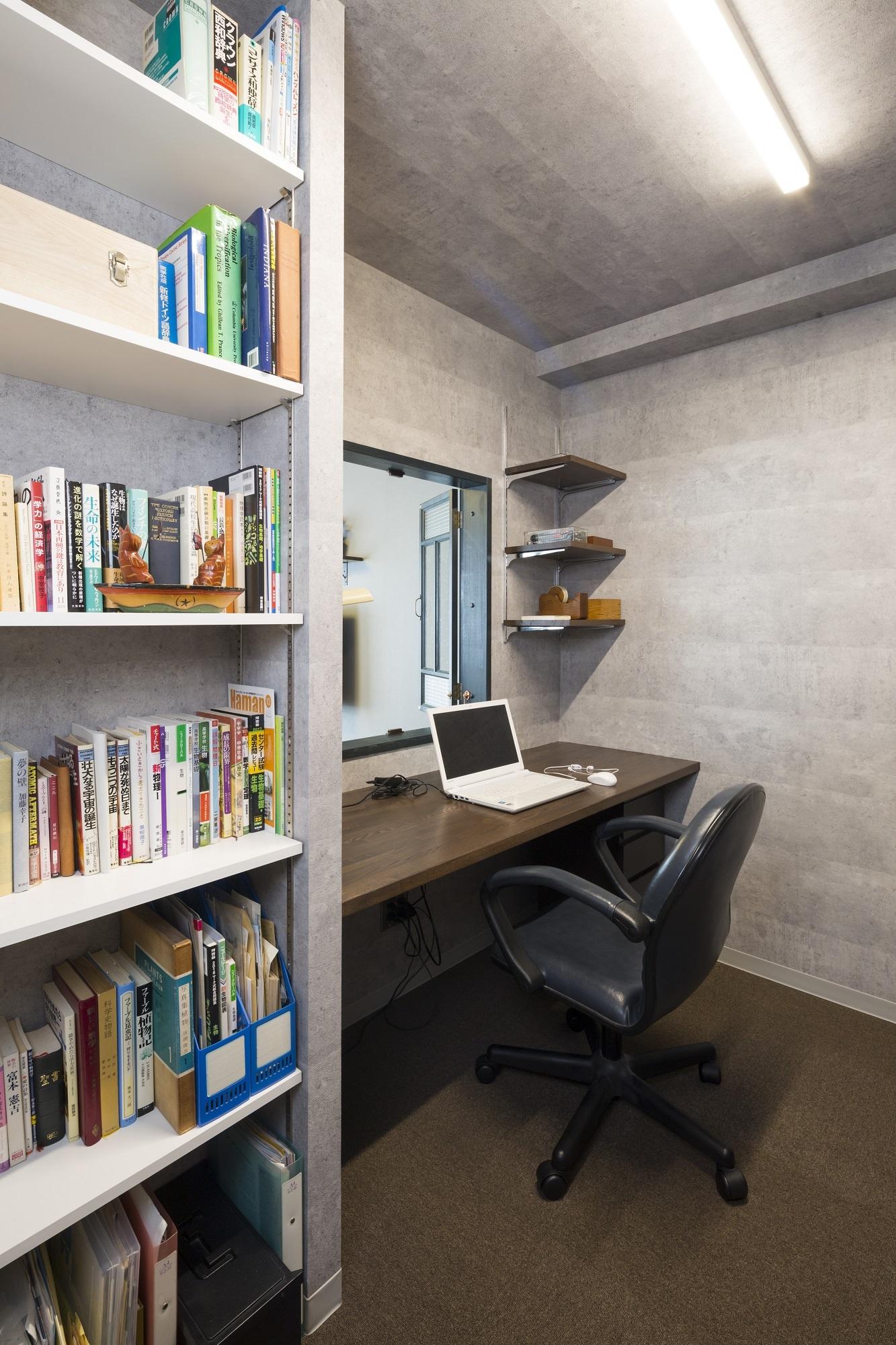 「ちょっとした運動もできる広さです」というご主人の書斎。ネットや読書などに集中していると、「お茶ですよ〜」と窓から奥さまが顔を出すことも