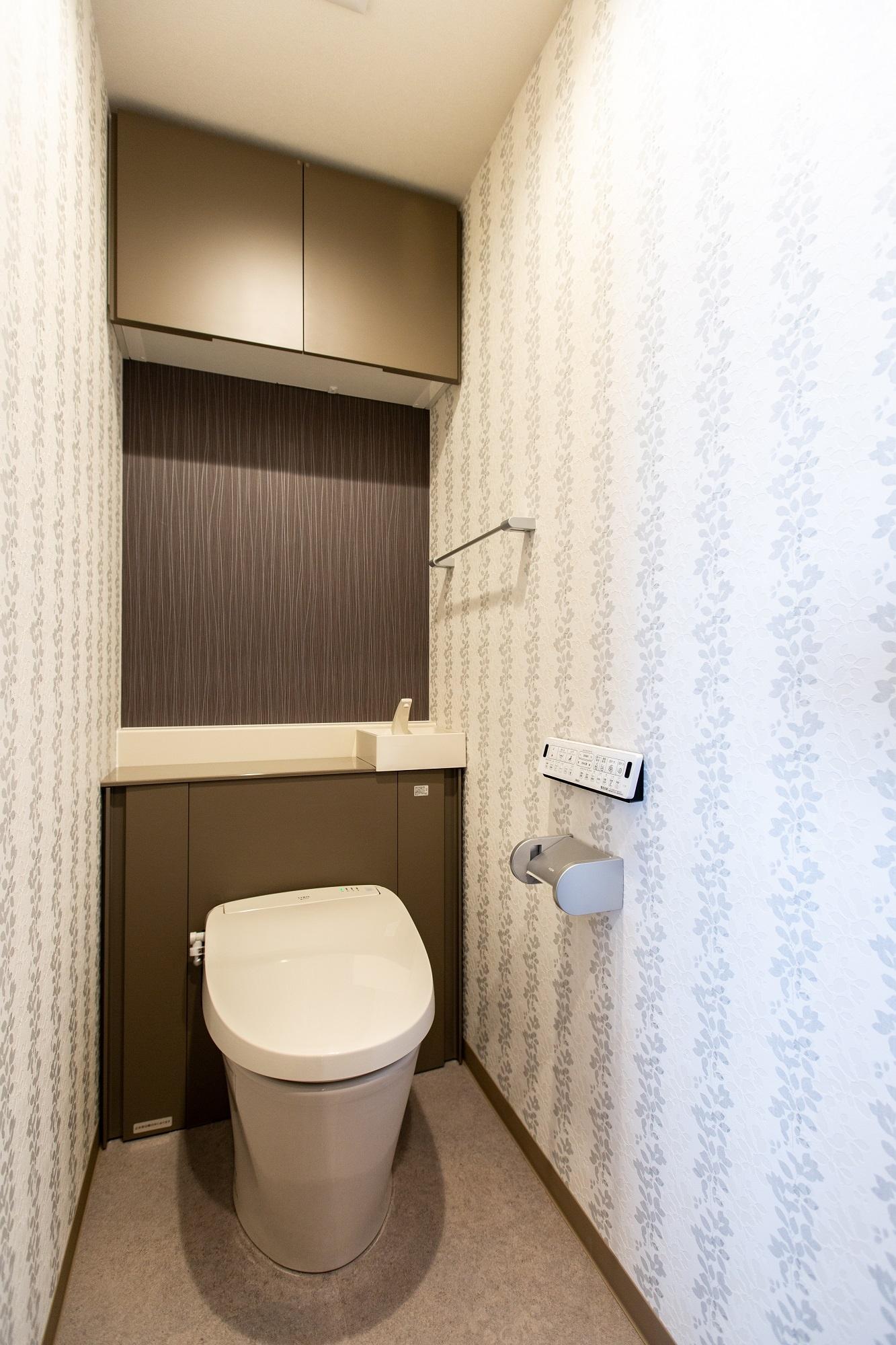 トイレにはレリーフ風の壁紙を貼って