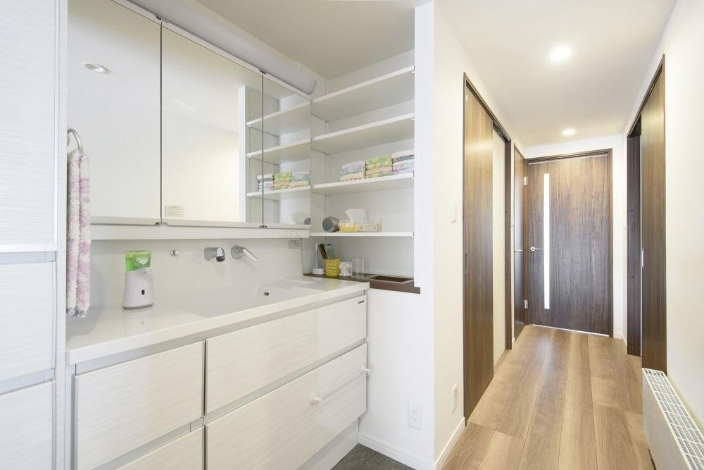 間取りの変更で新たにできた廊下。途中に洗面を配置する住友不動産の提案で、「廊下が長いな~という印象がなくなりました」とご夫妻。