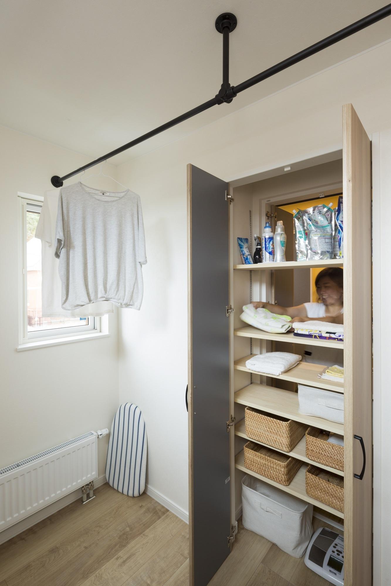 フリースペース(手前)と脱衣室の両面からモノが出し入れできる収納は、リビングワークの提案。「使いやすくてオススメです」とNさん