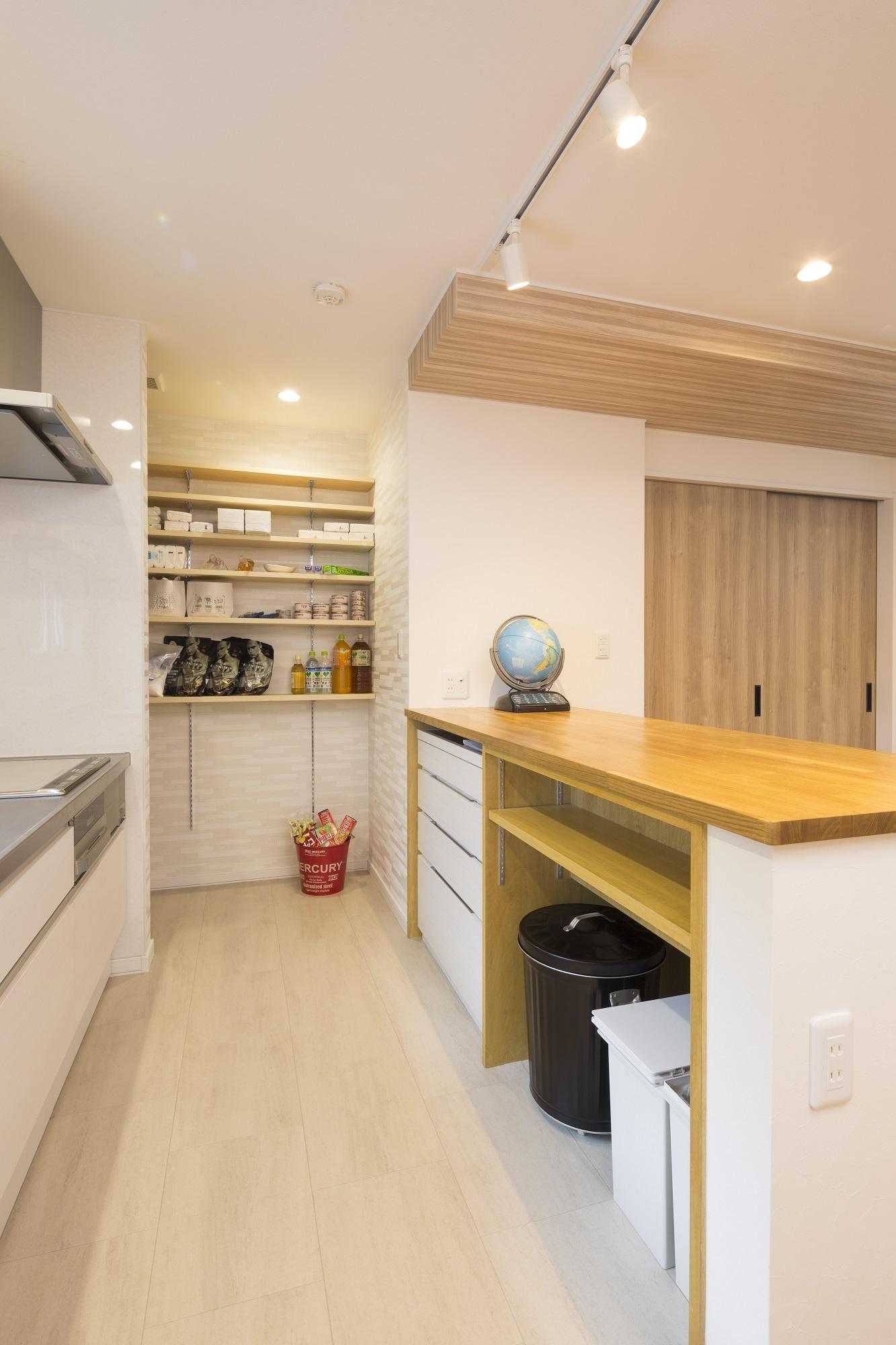 キッチンはNさんが好む壁付けに。扉なしでオープンな収納庫は「出し入れしやすく便利です」