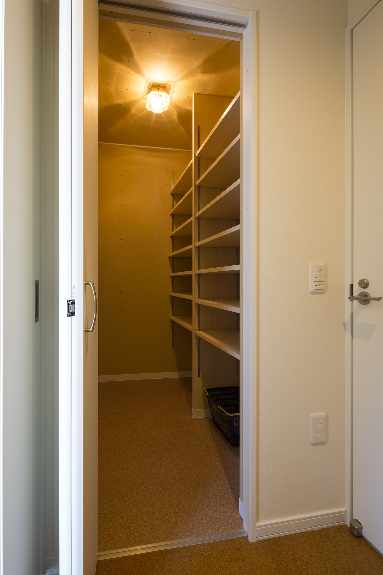 親世帯A邸の玄関。ホール正面にはたっぷりの玄関収納も。右手に見えるドアを開ければ子世帯につながります