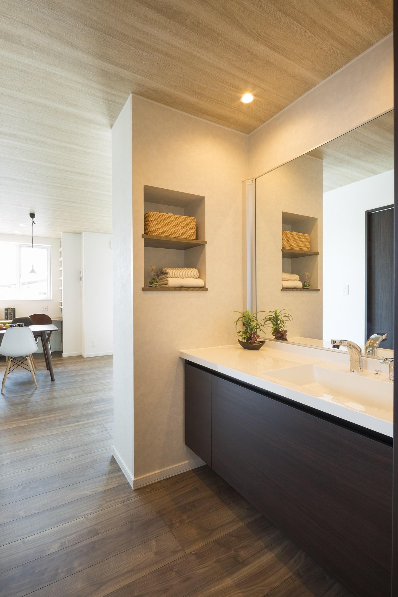 ご主人の希望で洗面とUTを別々に配置。洗面は外出時の身だしなみチェックもしやすい、階段近くの廊下に設けています