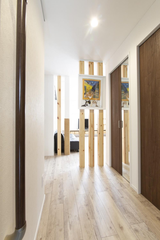 既存と新設の柱を違和感なくなじませて。奥さま愛蔵の絵画が印象的な玄関ホールです