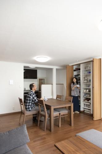 見せない収納に徹底して、食器収納の扉も窓なしタイプに。十分な容量確保で大切な食器類がきれいに収まりました