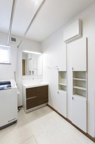 ニッチ棚を造作して洗面台周りが雑然とならないように工夫