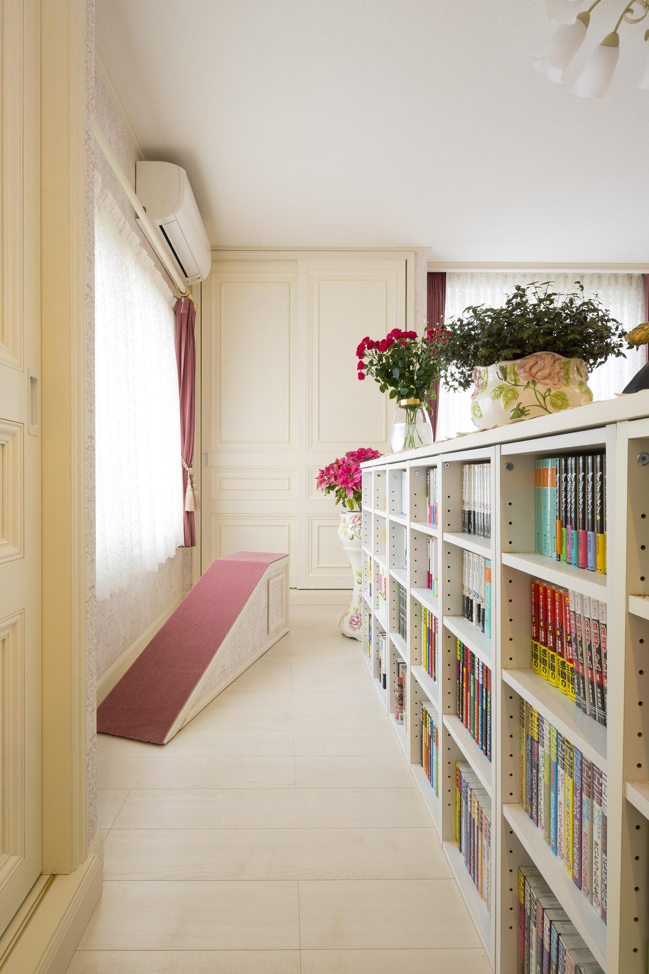 造作収納の扉や室内ドアは美しいレリーフで統一。愛犬のココちゃんのステップも部屋ごとに壁紙とお揃いにしてレリーフ付。空間に違和感なくなじんでいます