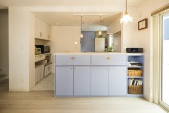 キッチンは奥さま好みのウェッジウッドカラーに。収納の貝殻デザインの取っ手までトータルにコーディネートされています