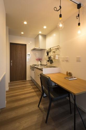 キッチンと平行に置いたテーブルは、予備の調理台に、ダイニングに、書斎にと、多目的に使える配置です