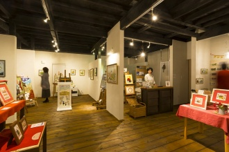 ギャラリー&ショップ「イメージ・グラス」にあるのは、すべて奥さまの作品。ツーバイ材の床に、塗り壁、構造現しの天井と、温かい素材感が相互に作用して味わい深い空間ができあがりました