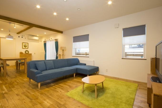 賃貸アパート時代には3所帯分の住戸があった120㎡以上の2階部分を住宅に。LDKも余裕の広さで取れました。愛猫・桐子ちゃんの足にも柔らかく温かい無垢材の床を配して