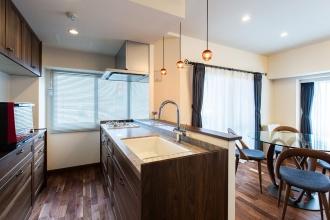 キッチン設備はウッドワン「スイージー」。天井にはBluetooth®スピーカー内蔵ダウンライトを設置