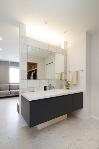 ハイクラスのホテルを思わせる造作洗面台