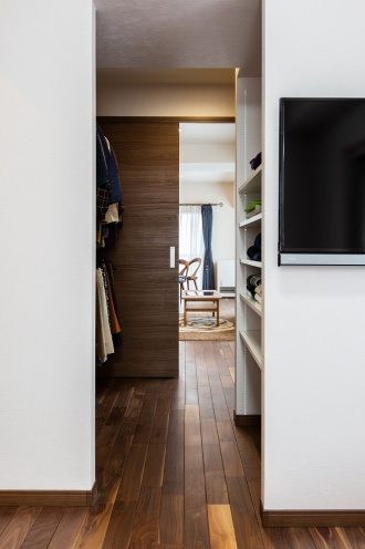 寝室からウォークインクローゼット、その奥のLDKを直線で結んで、動線と風通しを工夫した間取りに
