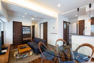 家具類はMさん自身がコーディネート。折り上げ天井の間接照明とダウンライトは調光タイプを採用