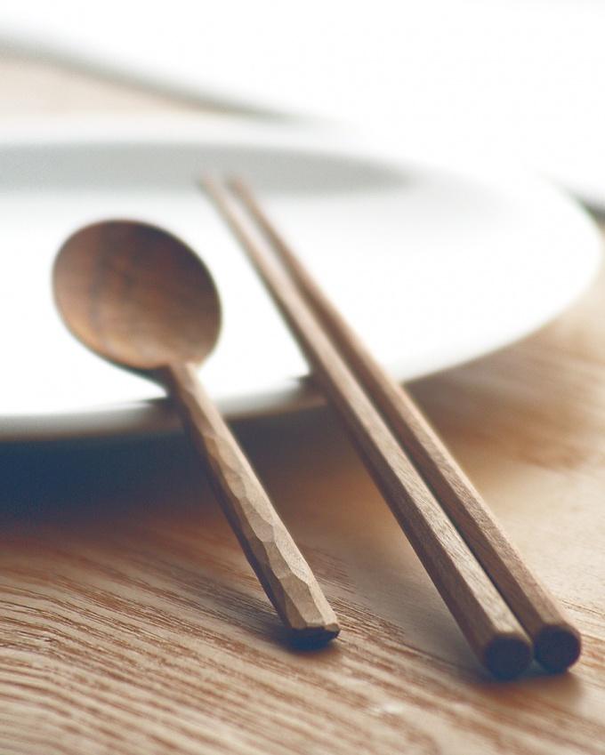 桜の木で制作したスプーンと箸