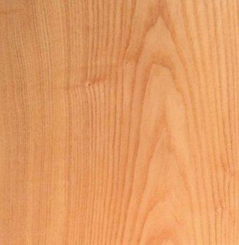 ヤチダモの木目(板目)明るい色とはっきりとした素直な木目、硬く弾力性がありしなやかさも兼ね備えている。