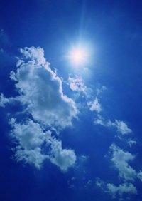 太陽光発電は、「太陽電池」と呼ばれる装置を用いて、太陽の光エネルギーを直接電気に変換する発電方式です。クリーンで膨大な太陽の光という無尽蔵のエネルギーを活用する太陽光発電はエネルギー源の確保が簡単で、地球にもやさしい資源です。